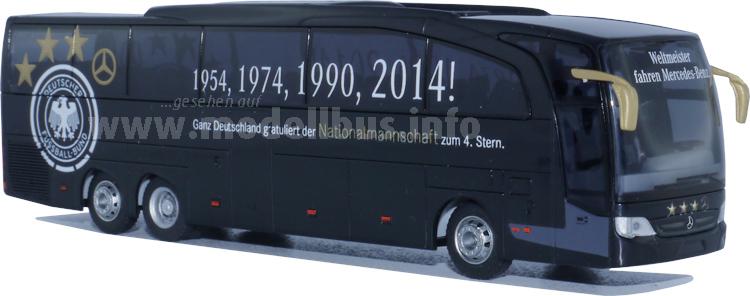 Verbesserte Neuauflage: Der WM-Bus fährt jetzt mit DFB-Logo vor.