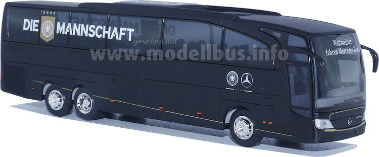 Für Fußballfans jetzt in 87-facher Verkleinerung erhältlich: Der Bus der Mannschaft.