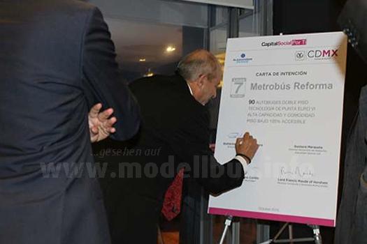 Mit seiner Unterschrift bestätigt Guillermo Calderon, Geschäftsführer von Metrobús, den Kauf von 90 Doppeldeckern des Typs Enviro 500 für Mexiko-Stadt.