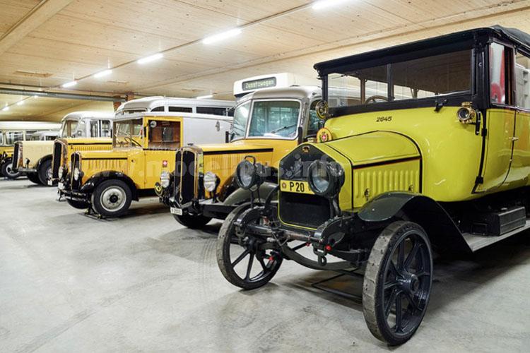 Ganze 26 historische Postauto zählt die Sammlung des Museums. Nicht alle sind klassisch gelb, links im Bild der Postbus eines Subunternehmers der PTT.