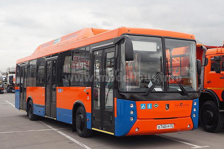 In Kundenlackierung auf dem Messeparkplatz kurz vor Messebeginn: Der Kamaz 5299 Erdgasbus