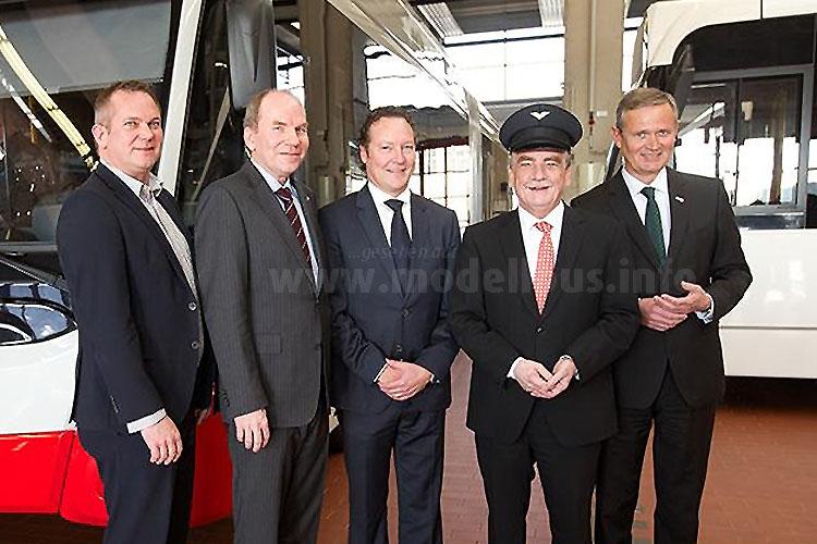 v.l.n.r. Boris Höltermann (VDL), Jörn Schwarze (KVB), Rémi Henkemans (VDL), Michael Groschek (NRW-Verkehrsminister), Jürgen Fenske (KVB Vorstandvorsitzender).
