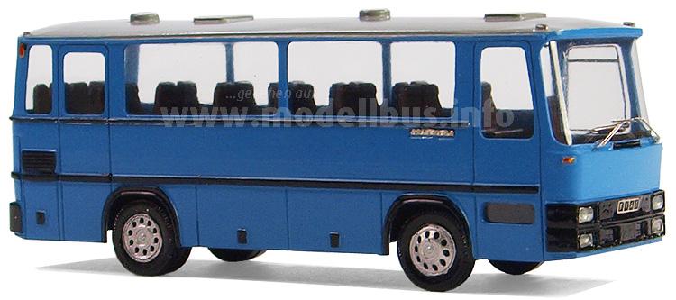 Neues aus Oberammergau: Konrad Pernetta vom Modellbusmarkt Oberammergau hat jetzt ein HB Model der ab 1978 bei Magirus-Deutz gebauten Fiat-Version des legendären Clubbusses im Angebot. Der Fiat 315 bekam in Mainz den wassergekühlten Fiat-Motor Typ 8060 mit 5,5 Litern Hubraum und 130 PS und wurde dann zur Komplettierung nach Italien gebracht. Nach Schließung der Fertigung in Mainz im Jahre 1982 wurde der Fiat 315 in Eigenregie in Italien weitergebaut, ab 1983 dann unter der Bezeichnung Iveco 315. Die Produktion des italienischen Clubbusses endete 1992. Ab da wurde nur noch das Fahrgestell vermarktet, es wurde mit einem 168 PS Motor angeboten. Diese technische Basis nutzen unzählige Karosserie-Hersteller, wie beispielsweise der Iveco-eigene Partner Orlandi, wo der Clubbus unter dem Namen Poker – die Italiener nannten ihn wegen seiner Größe Pokerino - sehr erfolgreich war. Aber auch Menarini, Padane, Garbarini, Berkhof oder Van Hool stellten Clubbusse auf dieser Basis her. Der Iveco 315 wurde zudem auch vom Lizenznehmer Otoyol in der Türkei als Clubbus namens Proxys gefertigt. So liefen die letzten 315er erst 2001 vom Band. Konrad Pernetta vom Modellbusmarkt-Oberammergau bietet den Fiat 315 als Handarbeitsmodell mit Fiat-Frontmaske im Maßstab 1/87 als zweitürige Version und in der für Italien typischen blauen Lackierung des Überlandverkehrs in seinem Onlineshop exklusiv an.
