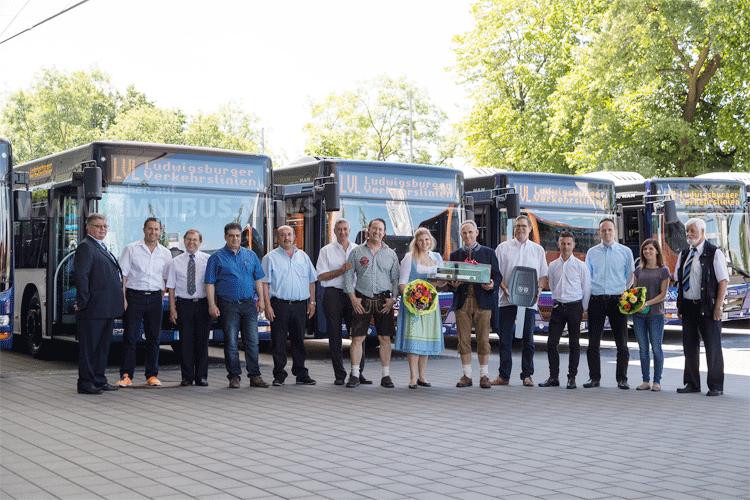 Carry Buchholz, Geschäftsführerin und Mitinhaberin von LVL Jäger GmbH und Zeiher Omnibusunternnehmung GmbH & Co.KG, und Frank Metzger, Betriebsleiter von LVL Jäger GmbH und Zeiher Omnibusunternehmung GmbH & Co. KG, übernahmen die zwölf neuen MAN Lion's City von Kali Gehring, MAN Truck & Bus Deutschland GmbH. Sie wurden von zahlreichen Mitarbeitern der Firmen begleitet. Foto: MAN