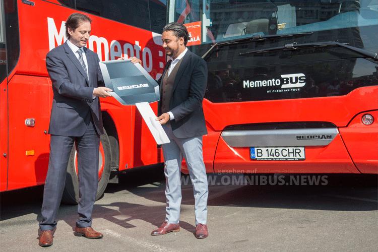 Miloš Vujanović, CEO der MHS Truck & Bus Group, übergab die Omnibusse an Marius Pandel, CEO Christian Tour Group. Foto: MAN