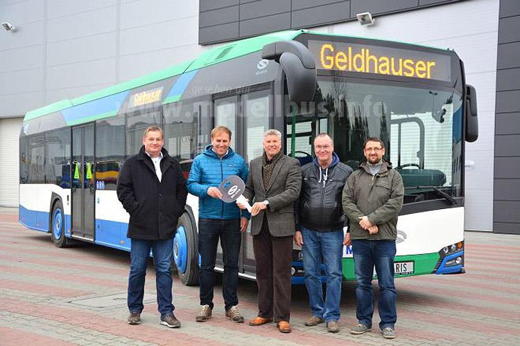 Der zuständige Solaris Regionalvertreter Rolf Oneis überreicht den symbolischen Schlüssel an Martin Geldhauser jun.