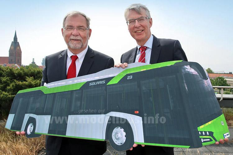 Nicht von Pappe: Wilhelm Lindenberg und André Neiß als Üstra-Vorstand mit dem Solaris Urbino 12 Electric.