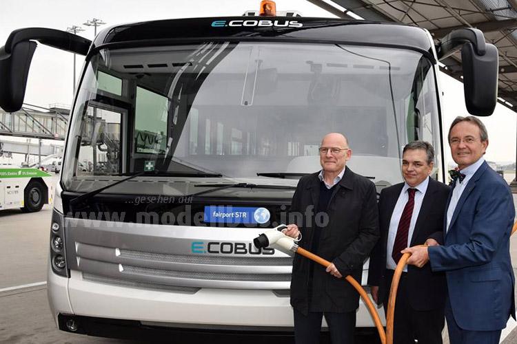 Winfried Hermann, Baden-Württembergischer Minister für Verkehr und Infrastruktur, Jorge Pinto, CEO von CeatanoBus/Cobus Industries GmbH, und unser Geschäftsführer Prof. Georg Fundel (v.l.) bei der Übergabe des ersten Elektrobusses