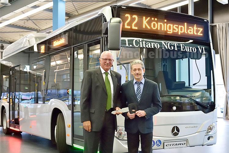 Grüner geht es kaum: Mit den neuen Mercedes-Benz Citaro NGT (Natural Gas Technology) Omnibussen  bleiben die Stadtwerke Augsburg ihrem umweltfreundlichen Antriebskonzept treu. Tammo Voigt, Leiter Verkauf ÖPNV Großflotte Mercedes-Benz Omnibusse, übergab den ersten Gasbus der Euro VI-Baureihe an Ernst Schäfer, Leiter der Omnibuswerkstätten Stadtwerke Augsburg, zwölf weitere Fahrzeuge folgen.