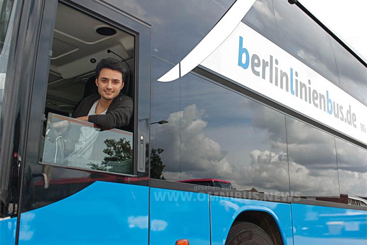 Praktikant Ramez fühlt sich angekommen bei Berlinlinienbus. Foto: BLB