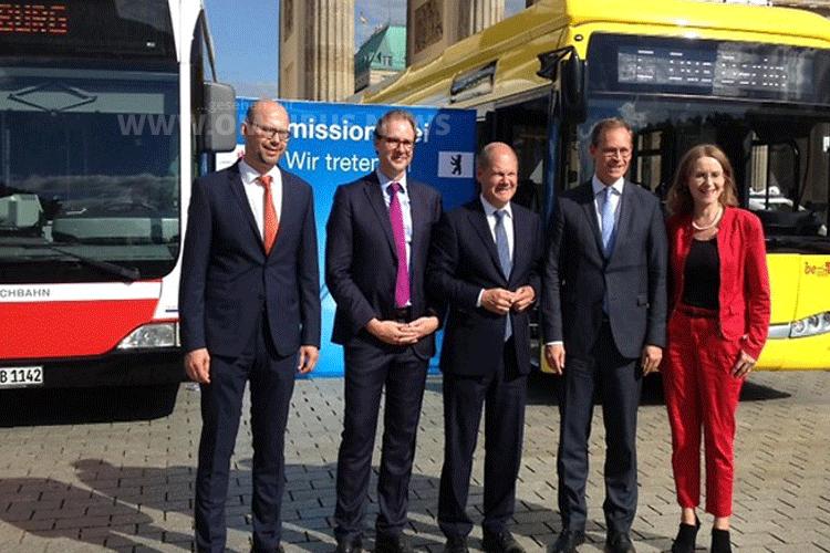 Vor dem Brandenburger Tor besiegelten Hamburgs Bürgermeister Olaf Scholz (Mitte) und Berlins Bürgermeister Michael Müller (2. von rechts) die Partnerschaft. Foto: Hochbahn