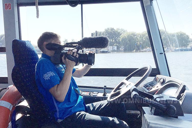 """Kamera läuft: Sascha Böhnke hinter dem """"Steuer"""" des Hafencity Riverbusses. Foto: Schreiber"""