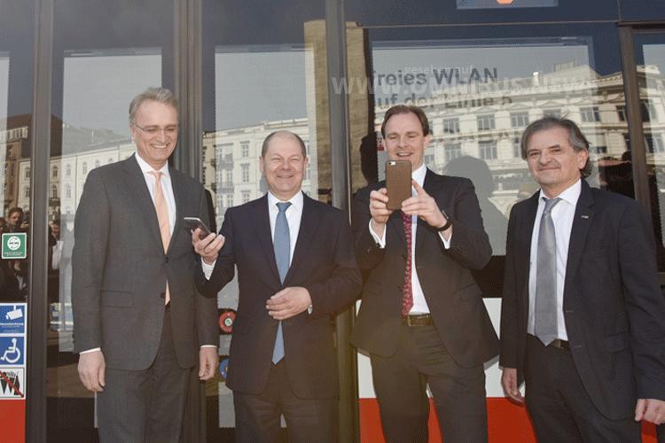 Bürgermeister Olaf Scholz (2.v.l.) und Hochbahn-Chef Henrik Falk (3.vl.) waren beim Start dabei. Foto: Schreiber