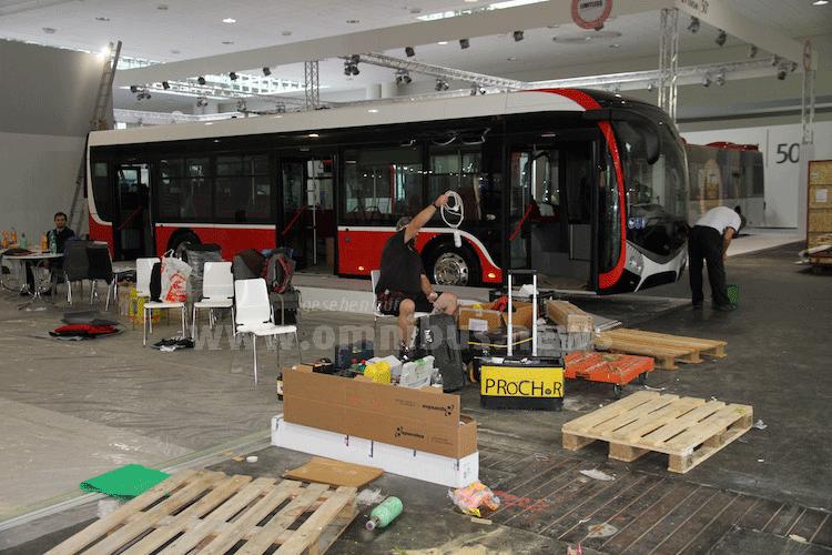 ...besonders in der Bus-Halle 11 sind die Aufbauarbeiten noch voll im Gange. Foto: Schreiber