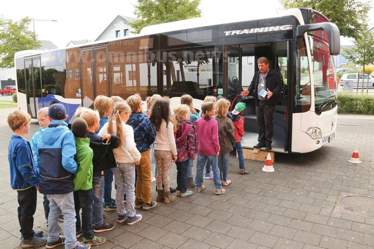 Gewinner der MobileKids-Schulaktion 2015: die Grundschule Brander Feld aus Aachen beim Schulbustraining. Foto: Daimler