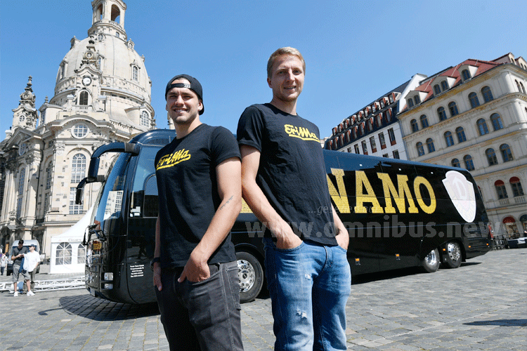 Pascal Testroet, Stürmer bei Dynamo Dresden, und Marco Hartmann, Mannschaftskapitän Dynamo Dresden, freuen sich über den neuen Mannschaftsbus, einen MAN Lion's Coach. Foto: MAN