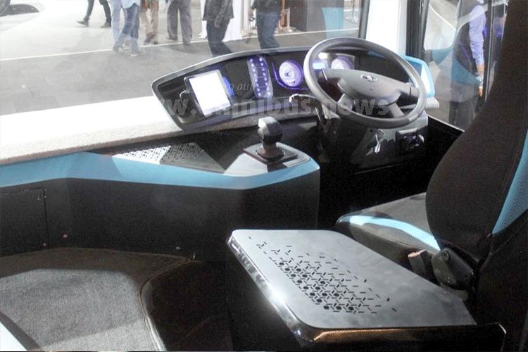 Klassische Moderne: Der Fahrerplatz erhält eine neue Armaturentafel. Foto: Kraus