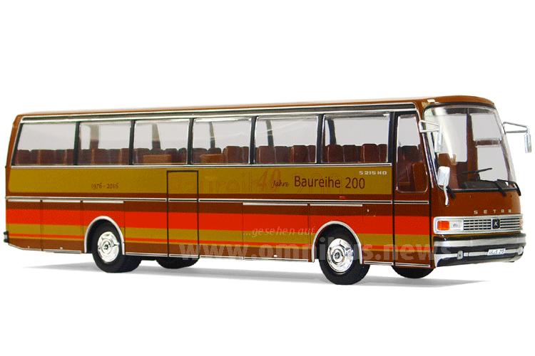 Der Modellbus fährt vorbildgerecht mit der Lackierung des großen Vorbildes aus dem Oldtimer-Fuhrpark der Ulmer vor. Foto: van Unen