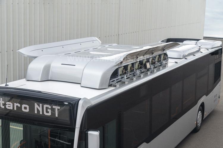 Hightech-Gasflaschen aus Compositmaterial sind unter einer Hutze aus dem Dach verbaut. Foto: Daimler