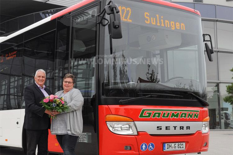 Setra Generalvertreter Manfred Strobel übergibt Firmeninhaberin Gaby Gaumann den Jubiläumsbus. Foto: Setra
