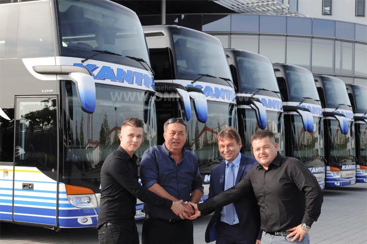 Robert Mattes, Setra Vertrieb Deutschland Privatkunden (zweiter von rechts), übergibt die sechs neuen Setra Doppelstockbusse S 431 DT an Firmeninhaber Mujo Kantić und dessen beiden Söhne Muhamed (links) und Belmir (rechts). Foto: Setra