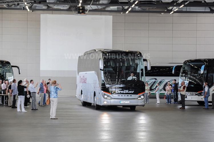 Ein begehrtes Fotomotiv: Einer der beiden Neufahrzeuge der Reisedienst Dreßler GmbH verlässt das Setra Kundencenter. Foto: Setra