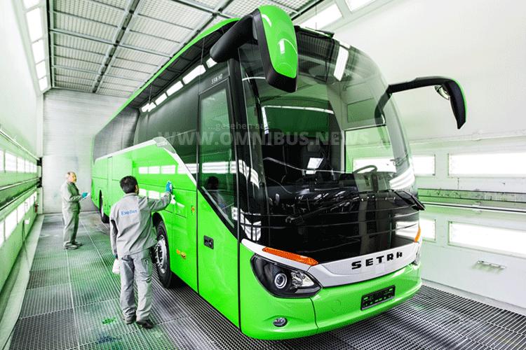 In der modernsten Omnibuslackierung Europas im EvoBus Werk Neu-Ulm können täglich bis zu 41 Einheiten effizient und umweltgerecht lackiert werden. Foto: Setra