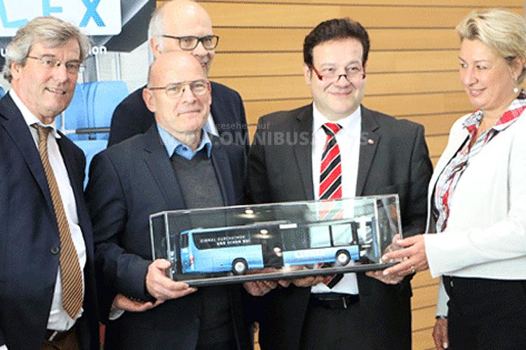 Strahlende Gesichter bei der Vorstellung der neuen Relexbusse. Foto: VVS