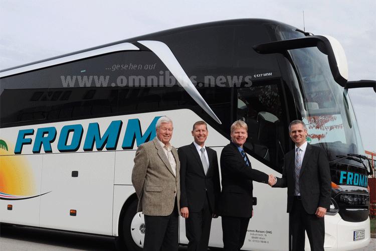 Dr. Jens Heinemann, Leiter Setra Vertrieb Deutschland (rechts), übergibt den 1000sten Setra Omnibus des Jahres 2016 an Geschäftsführer Peter Fromm sowie dessen Bruder Alexander (2.v.l.) und Vater Otto Fromm. Foto: Setra