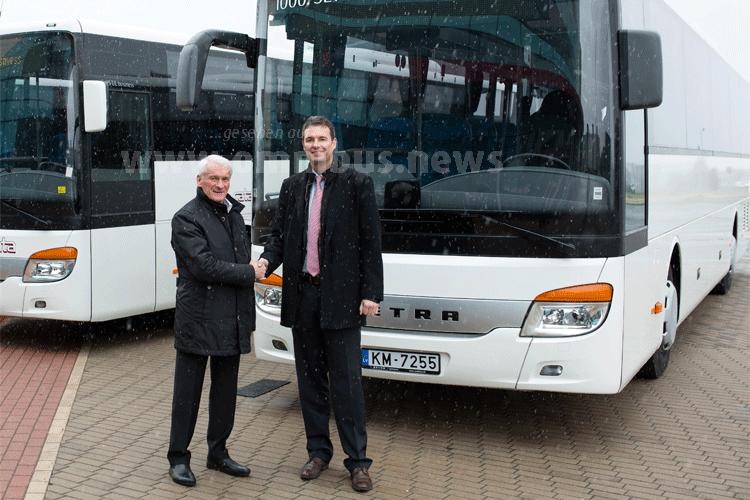 Bernd Mack, Markt Management Europa, übergibt die 1000ste Setra MultiClass business an Sergejs Zabavnikovs, Geschäftsführer des lettischen Busunternehmens Nordeka (links). Foto: Setra