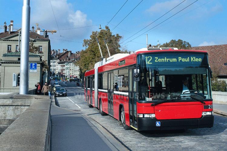 Fünf E-Gelenkbusse