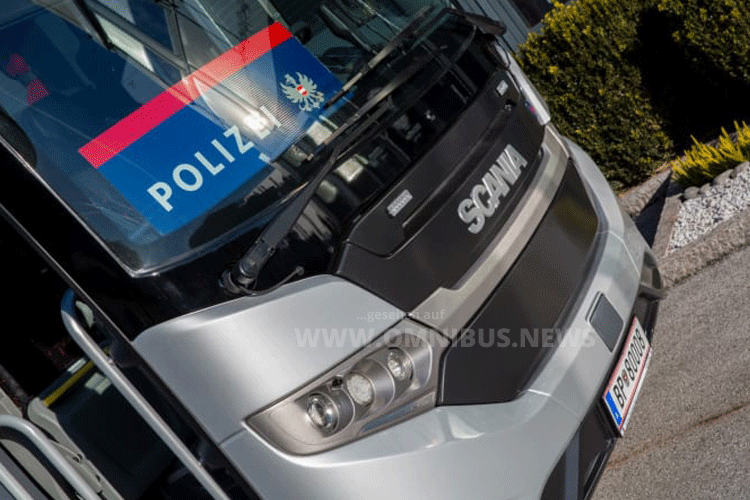 Polizei mit Scania-Bus
